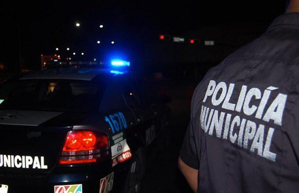 Hieren de bala a un hombre en el interior de un auto