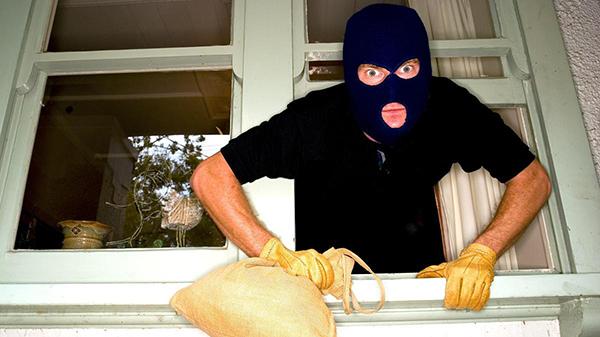 Visitan ladrones tres casas