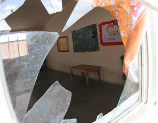 Saquean maleantes tres escuelas