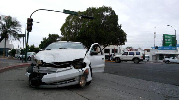 Se impactan dos automóviles en el bulevar Rodríguez