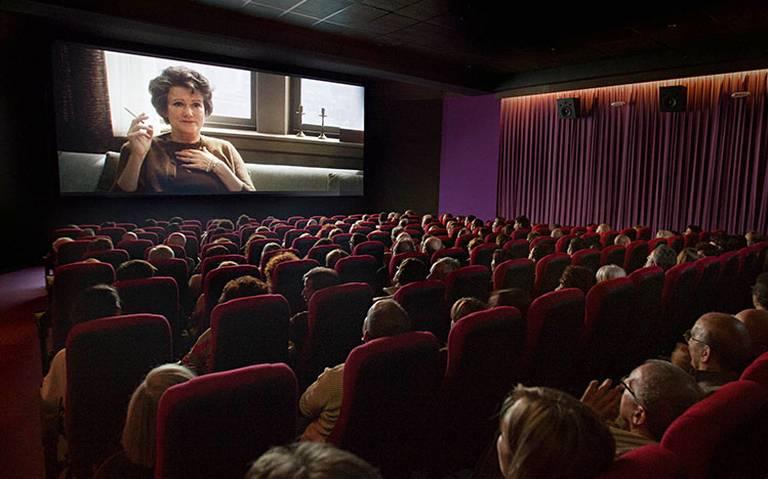 Se va al cine con 200 mil pesos; lo asaltan al salir de función
