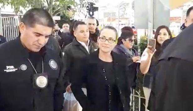 [Video] Deportan a Mónica Robles exdiputada de Sonora, llega con un amparo