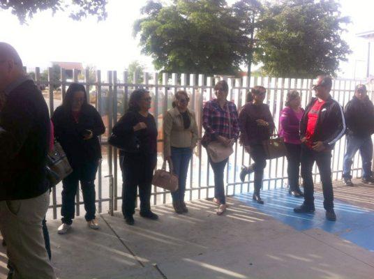 Maestros y trabajadores del Cobach reclaman el pago de su quincena