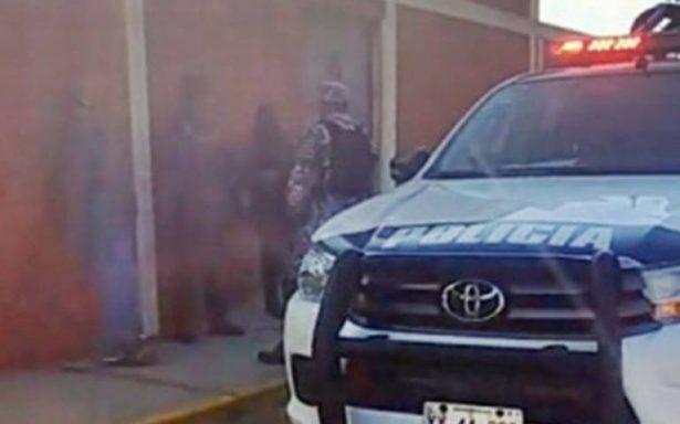 Comando armado irrumpe escuela y secuestra a maestra