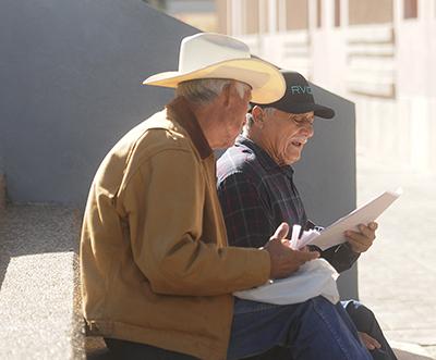 """Reciben adultos mayores pensión """"65 y más"""""""