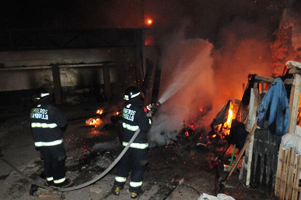 Sofocan bomberos domicilio en llamas