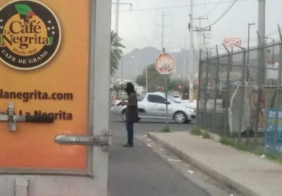 Amenaza sujeto con pistola a conductores en semaforo