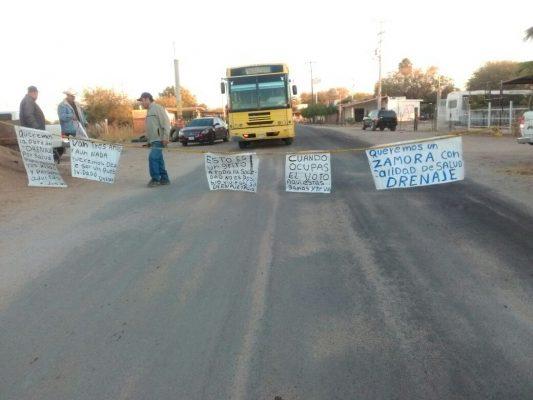 Cansados de no tener drenaje, vecinos de Zamora bloquean carretera