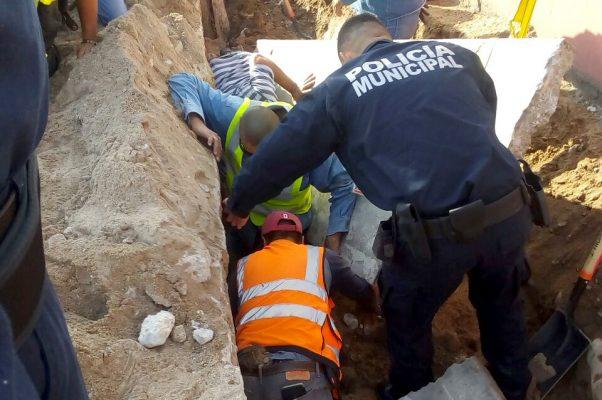 Ayudan a sacar a persona prensada por losa de concreto