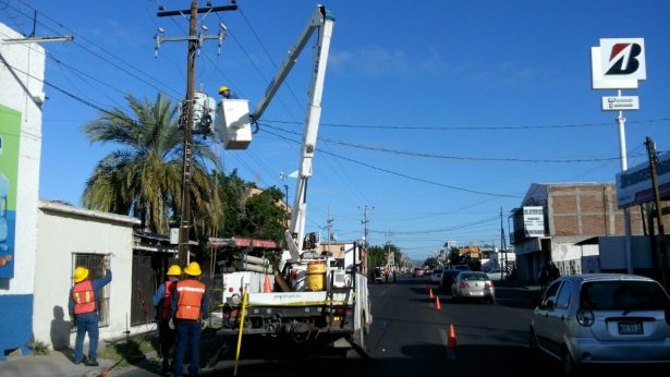 Camión se lleva los cables de un poste CFE en calle Reforma