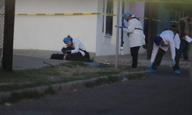 Abandonan cuerpo en la 5 de Mayo con 15 impactos de bala