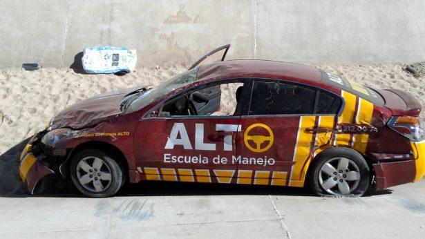 Impactan y cae auto de escuela de manejo a canal del Vado del Río