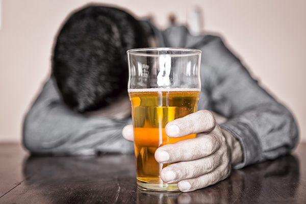 Combaten alcoholismo con línea de auto-ayuda