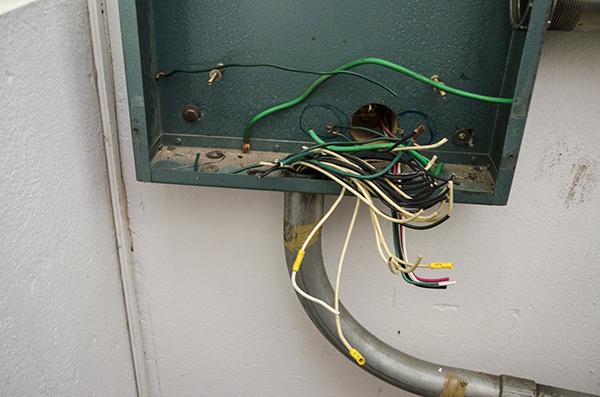 Arrancan cableado de una escuela