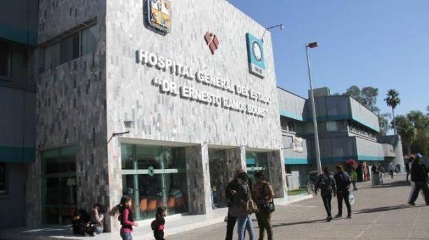 Dejan a dos hombres por fuera del Hospital General, uno de ellos muere