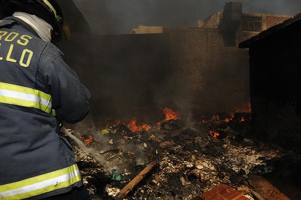 Controlan bomberos incendio