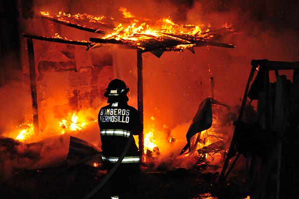 Arrasa fuego casa de cartón