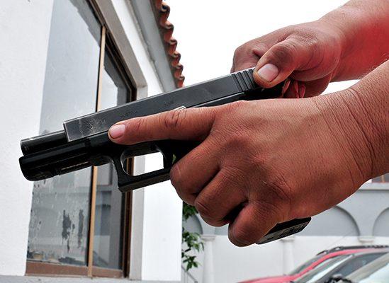 Maleante armado asalta un negocio y también a sus clientes