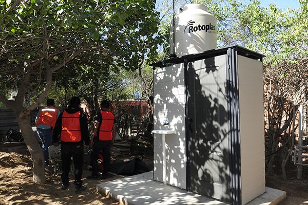 Entregan sanitarios ecológicos en La Victoria