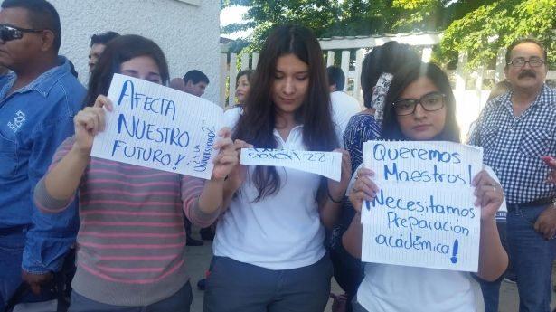 Alumnos del Cbtis 132 bloquean acceso a su escuela
