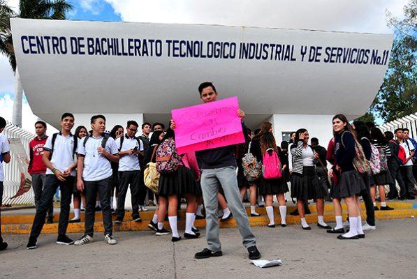 Manifiestan estudiantes descontento