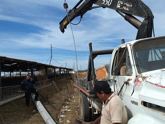 Cae poste de concreto sobre el operador de una grúa