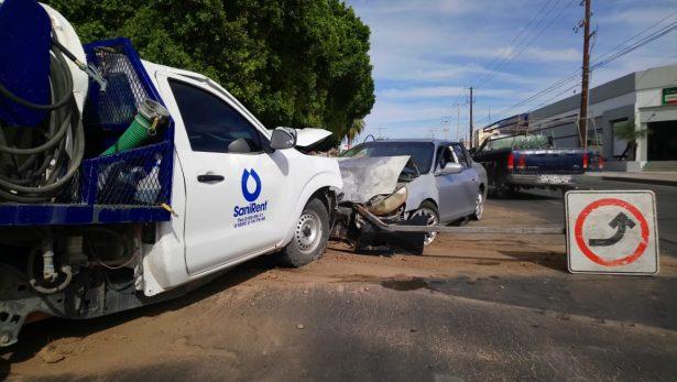 Aparatoso impacto de dos vehículos en el bulevar Luis Encinas