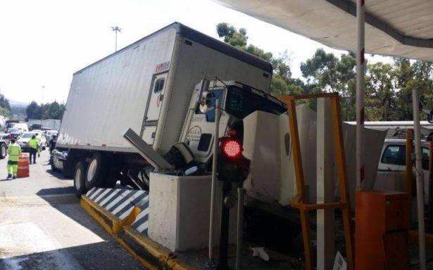 Tráiler embiste a cuatro vehículos y choca contra caseta Chamapa-La Venta