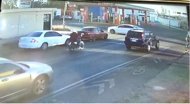 Impactante choque de motociclista contra una cisterna