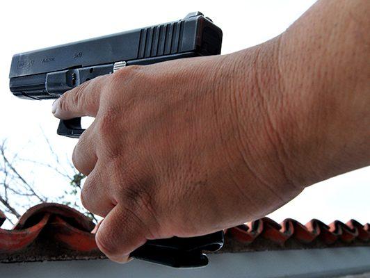 Hampones armados atracan 2 negocios