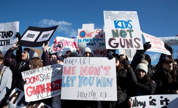 Miles de personas marchan en EU a favor del control de armas