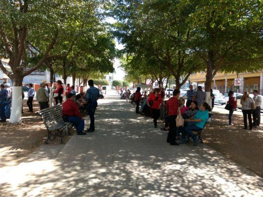 Se manifiestan maestros jubilados y pensionados frente al Isssteson