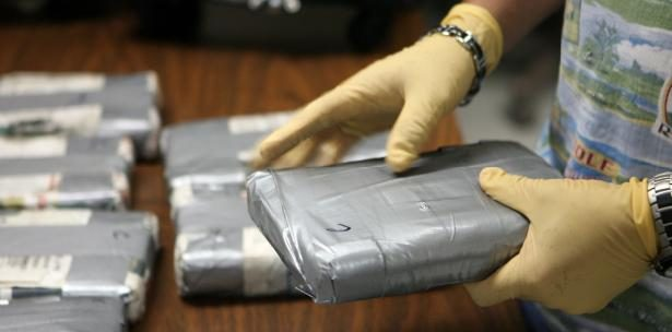 Sonora: Aseguran a dos mujeres con mil 996 pastillas de fentanilo
