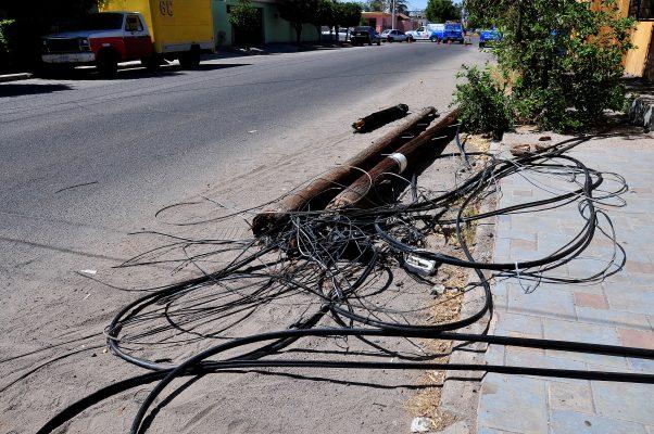 Provoca grúa accidente y deja sin Internet a 150 personas