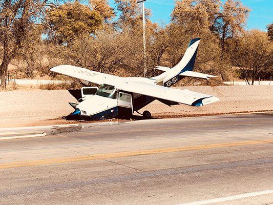 [Galería] Aterriza avioneta de emergencia en carretera