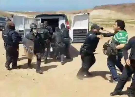 [Video] Agreden a reporteros durante desalojo de la Policia Municipal