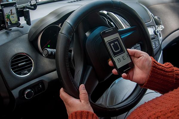 Despojan de automóvil a un operador de Uber