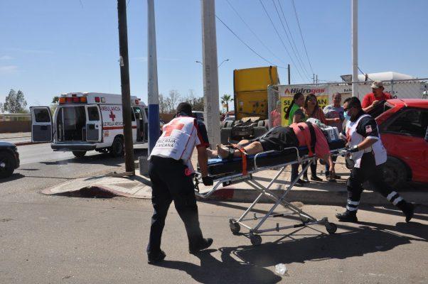 Impacta autobús a un automóvil compacto, deja cuatro lesionados