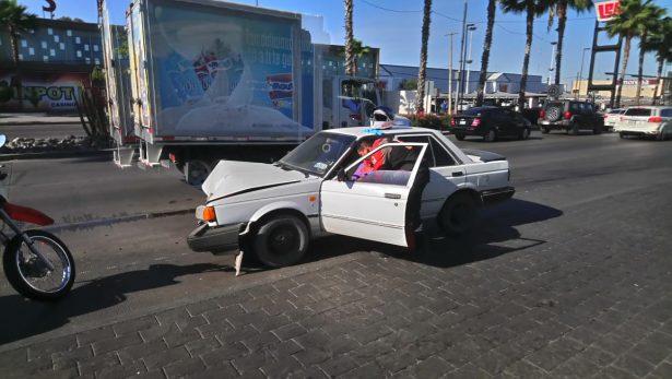 [Video] Chocan de frente dos automóviles en el bulevar Kino