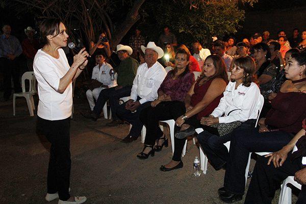 Gente del río Sonora se  reúne con Lilly Téllez