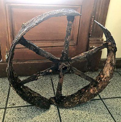 Encuentran una añeja rueda de carreta enterrada en el Centro