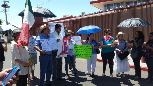 Protestan por separación de familias frente al Consulado de EU en Hermosillo