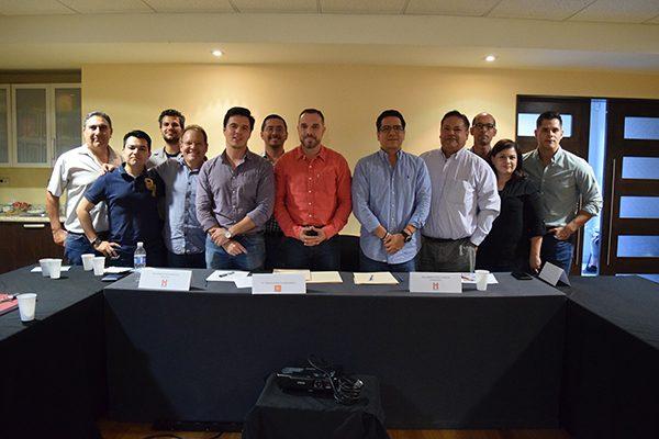 Se reúne Charly León con integrantes del Colegio de Arquitectos