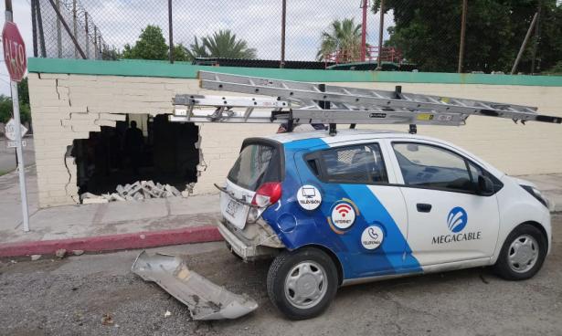 Derriba auto sedán una barda en la colonia 5 de Mayo