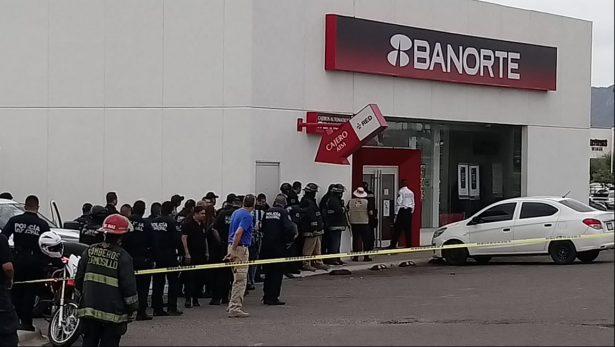 Asaltante toma a rehenes dentro de una sucursal bancaria en Plaza Sendero