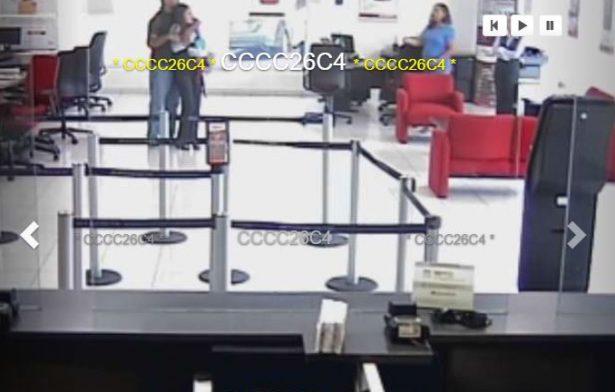 [VIDEO] Abaten a delincuente que tomó a mujeres como rehenes en una sucursal bancaria