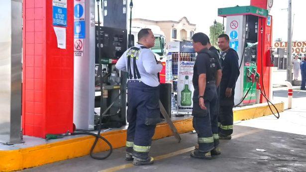 Pierde en control de su auto y se impacta contra gasolinera