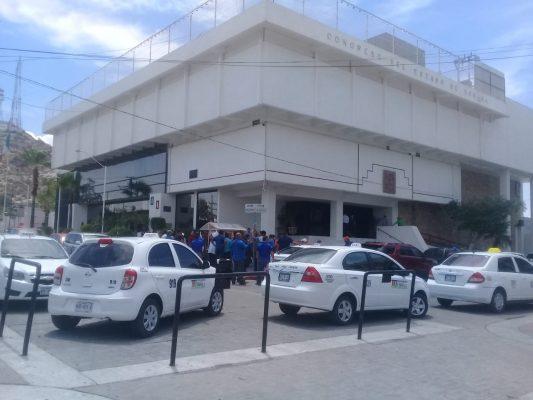 Taxistas piden reunión con presidente del Congreso del Estado
