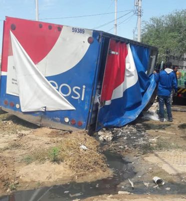 Camión de sodas cae en drenaje inconcluso