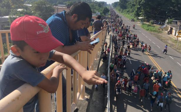 Policía Federal ofrece albergue y acompañamiento a caravana migrante